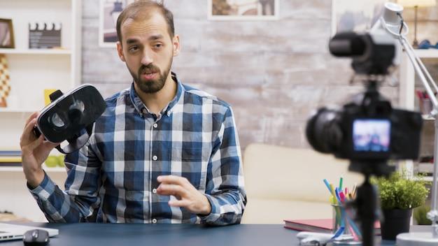 새로운 에피소드를 녹화하는 동안 가상 현실 고글을 사용하는 유명 인플루언서. 크리에이티브 콘텐츠 크리에이터.