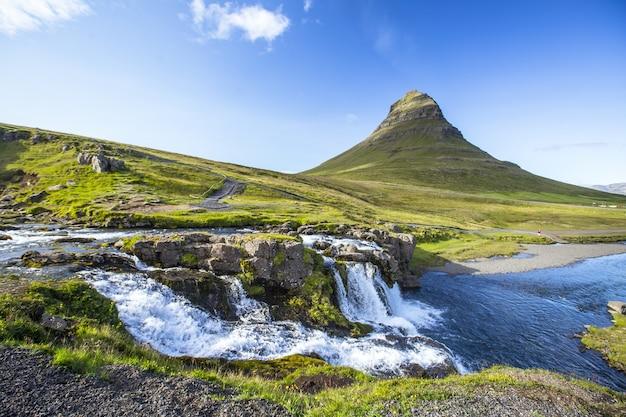 Famoso monte kirkjufellsfoss in islanda
