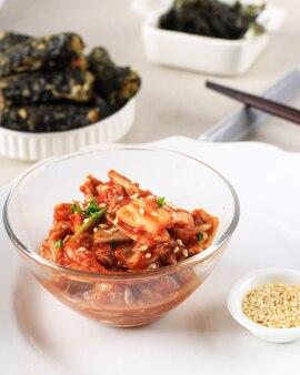 Известная корейская традиционная еда кимчи (капуста напа). это простой корейский гарнир из овощей с различными приправами. кимчи привлекает внимание как супер-диетическое и диетическое меню