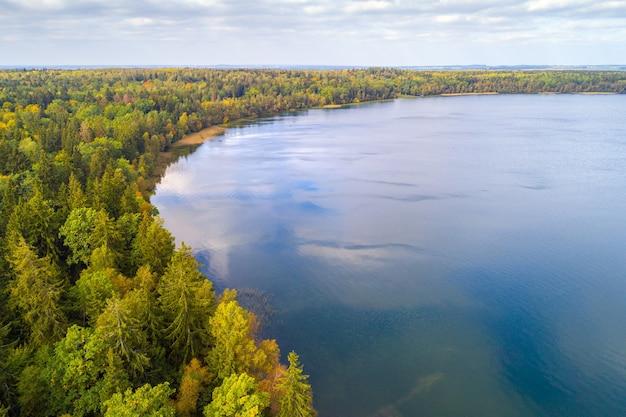 有名なスヴィシアス湖(航空写真)