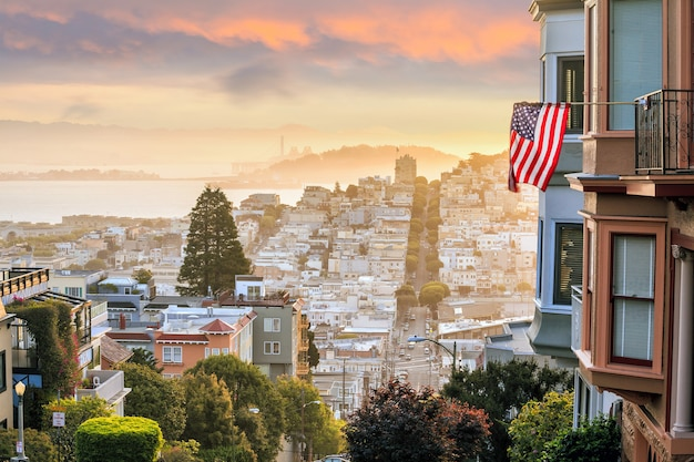 미국에서 일출에 샌프란시스코의 유명한 롬바드 거리