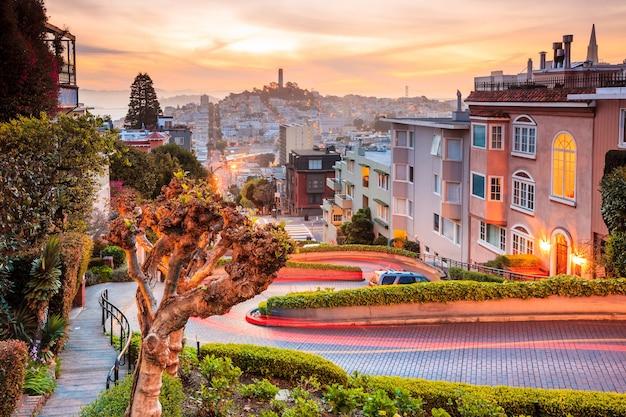 일출 시 샌프란시스코의 유명한 롬바드 거리