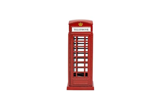 Знаменитая лондонская красная телефонная будка, изолированная на белом