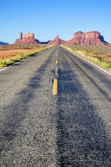 アリゾナ州モニュメントバレーへの有名な長い道