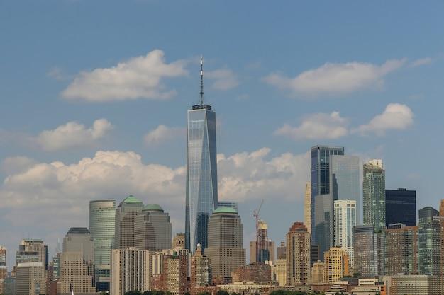 Вид на знаменитые небоскребы нижнего манхэттена в дневное время в нью-йорке, соединенные штаты америки