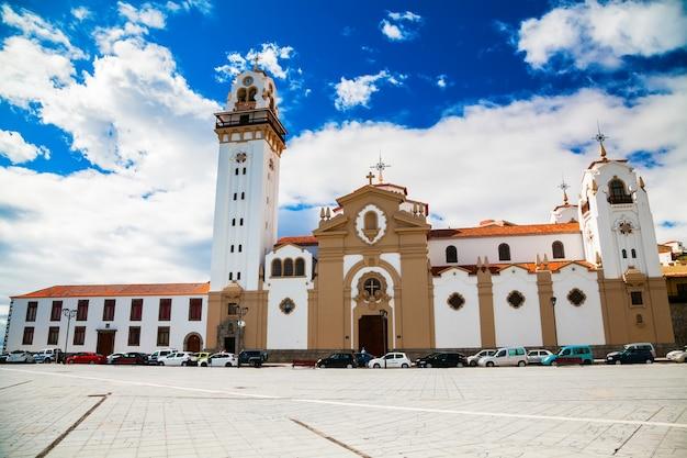Знаменитая величественная церковь базилика де канделария на тенерифе, канарские острова, испания