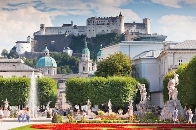 2013 년 8 월 18 일 오스트리아 잘츠부르크의 유명한 미라벨 정원 전망