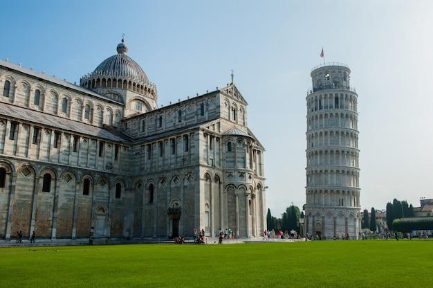 Знаменитая площадь чудес летом в пизе, италия