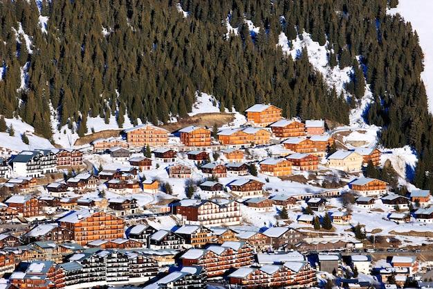 Знаменитая горная деревня зимой во франции