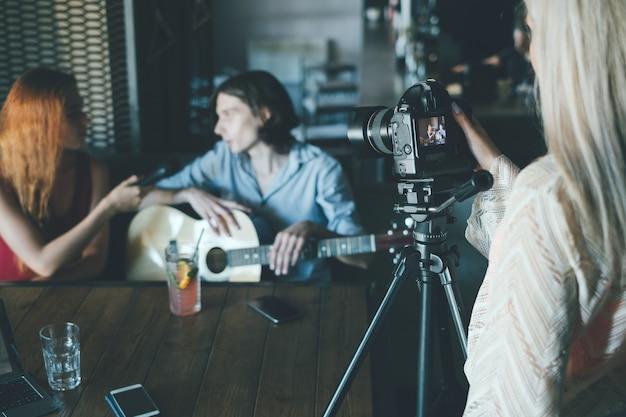 Известный музыкант дает интервью для публикации в своем блоге. концепция vlog общения в социальных сетях