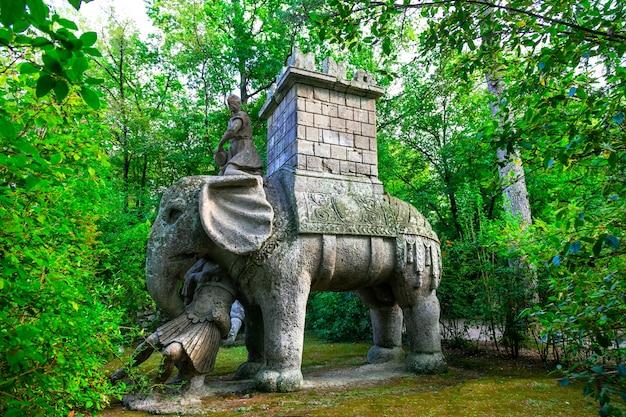 イタリア、ボマルツォのモンスターの有名な神秘的な公園