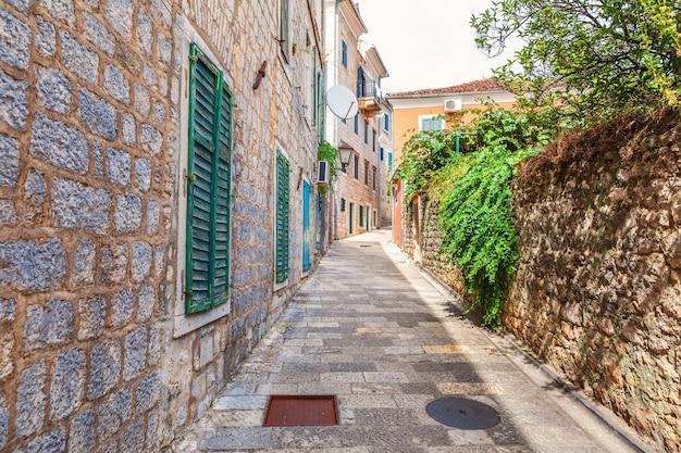 モンテネグロのヘルツェグノビの有名な狭いヨーロッパの通り。