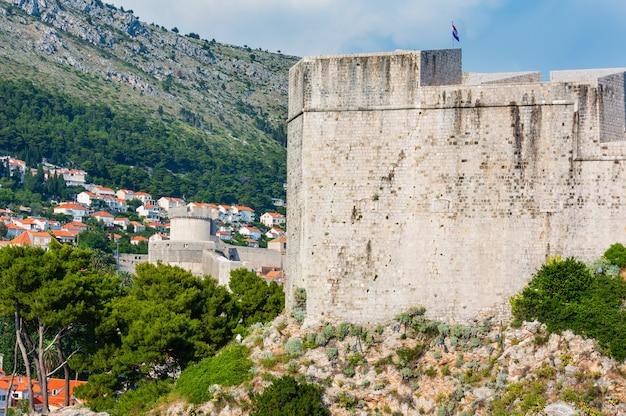 크로아티아에서 두브 로브 니크의 유명한 구시 가지입니다. 요새 벽과 minceta 타워 여름보기. 알아볼 수없는 사람.