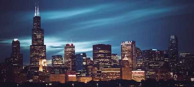 夜のシカゴのスカイラインの有名なパノラマビュー