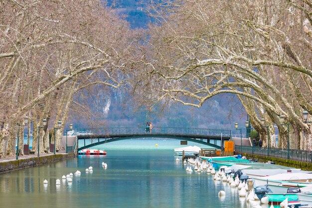 프랑스 알프스의 베니스(venice of the alps), 안시(annecy) 호수 근처의 바세(vasse) 수로 위의 유명한 보행자용 인도교 다리(bridge of loves) 또는 아무르 다리(pont des amours)