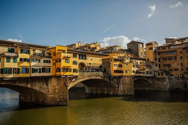イタリア、フィレンツェのアルノ川のある有名なヴェッキオ橋。