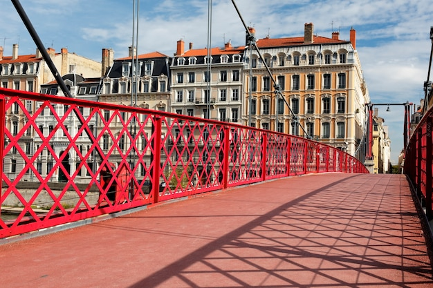 Знаменитый красный пешеходный мост в городе лион во франции