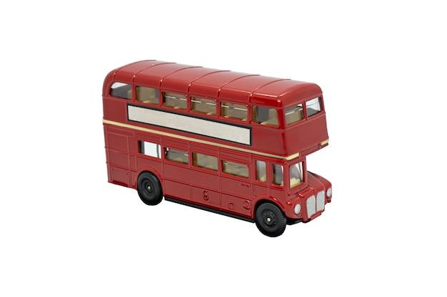 Знаменитый красный традиционный лондонский автобус, изолированные на белом фоне