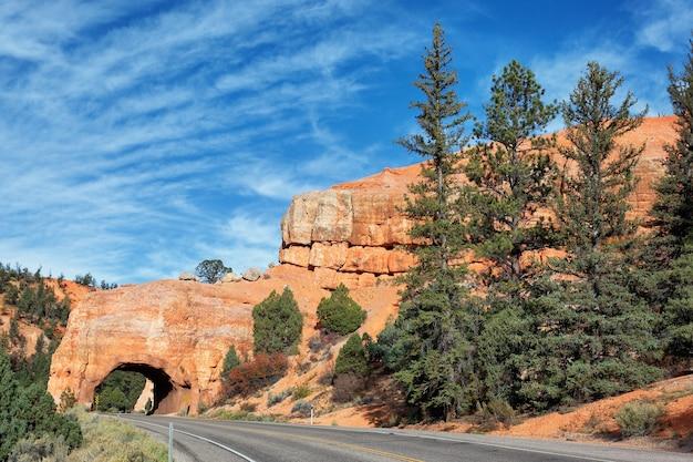 Знаменитая дорога в национальный парк брайс-каньон, сша