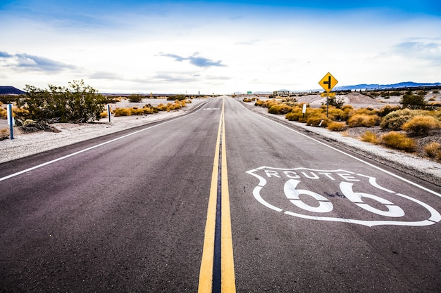 캘리포니아 사막의 도로에 있는 유명한 66번 국도 랜드마크