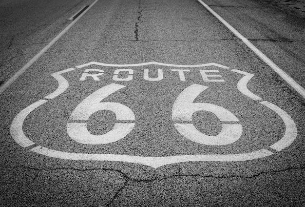Знаменитый ориентир шоссе 66 на дороге в калифорнийской пустыне
