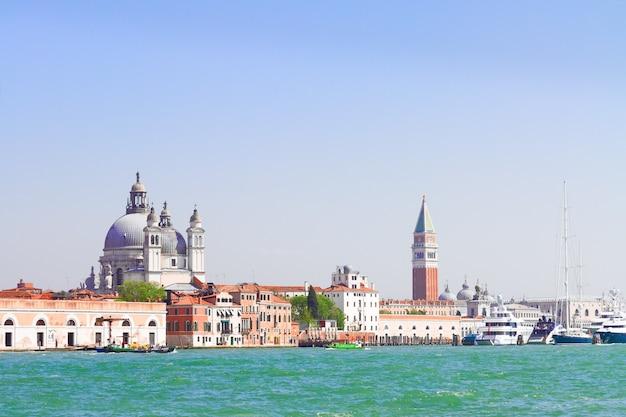 Знаменитая набережная площади сан-марко с базиликой санта-мария-делла-салюте и колокольней сан-марко, венеция, италия, в ретро-тонах