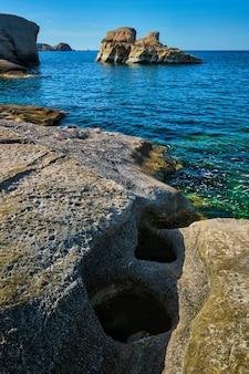 ギリシャのミロス島の有名なサラキニコ ビーチ
