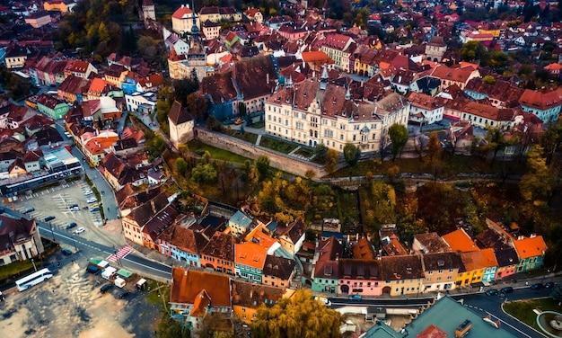 ヨーロッパの町の景観にある有名なシギショアラの城塞