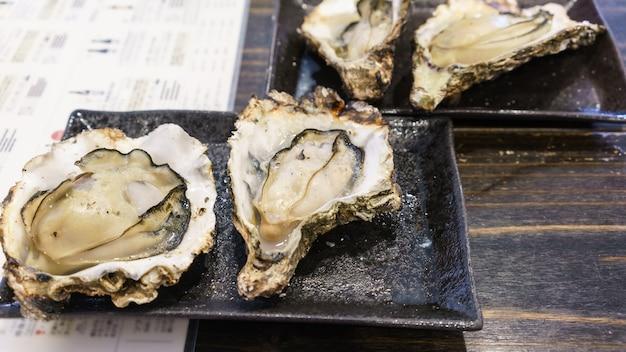 유명한 시그니처 요리: 일본 히로시마 미야지마 섬의 굴 구이