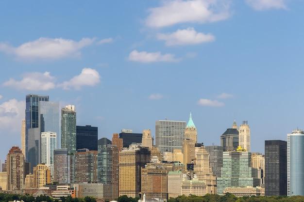 Знаменитые небоскребы видят финансовый район нижнего манхэттена в дневное время в нью-йорке, соединенные штаты америки.