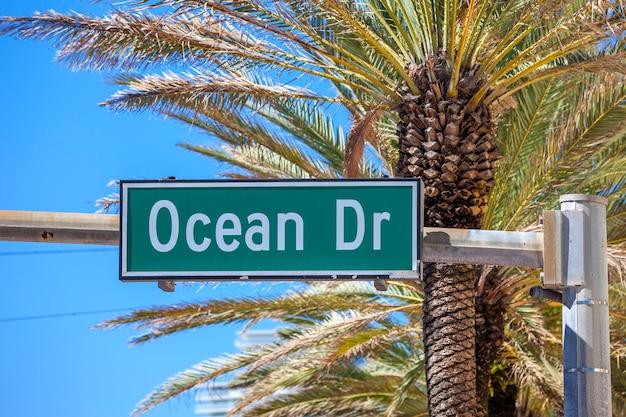 マイアミサウスのストリートオーシャンドライブの有名な道路標識