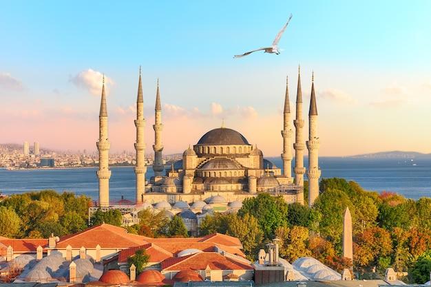 이스탄불의 가장 유명한 명소 중 하나인 유명한 술탄 아흐메트 모스크 또는 블루 모스크.