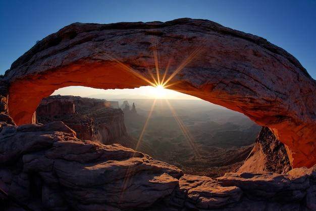 米国ユタ州キャニオンランズ国立公園のメサアーチでの有名な日の出