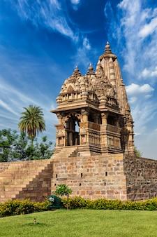 インドの彫刻が施されたカジュラホの有名な寺院