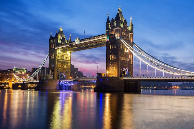 Знаменитый тауэрский мост вечером, лондон, англия