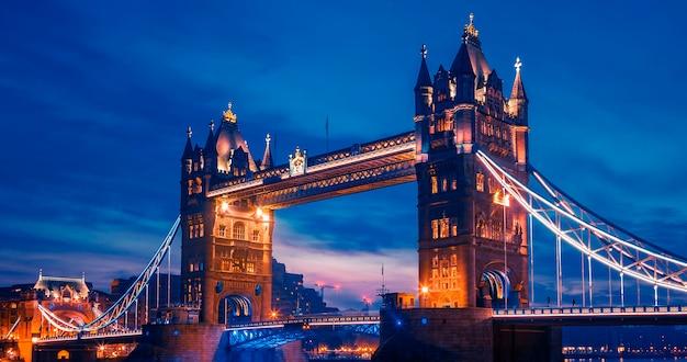 夕方の有名なタワーブリッジ、ロンドン、イギリス