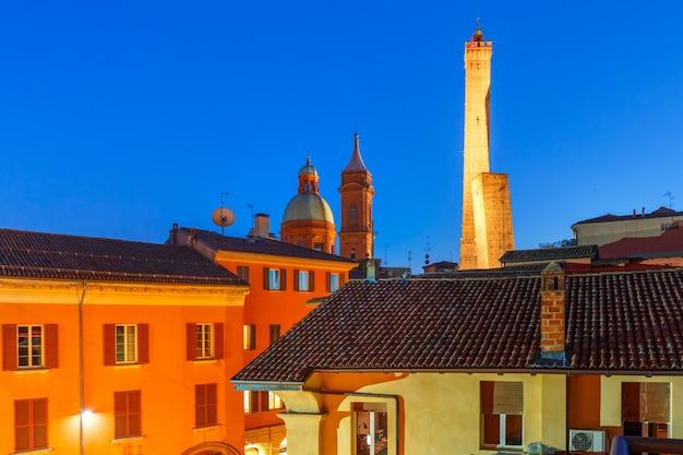Знаменитые две башни болоньи ночью, италия