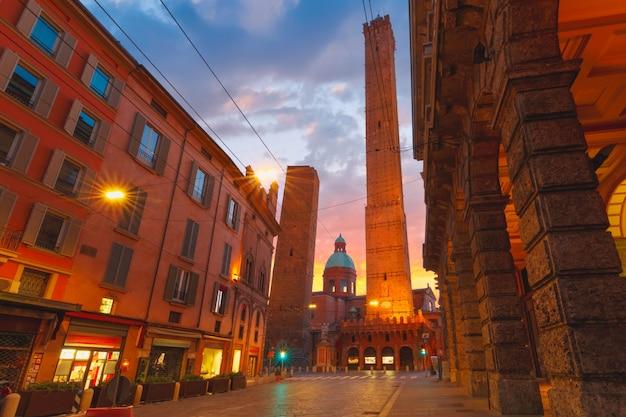 Знаменитые две башни болоньи на рассвете, италия