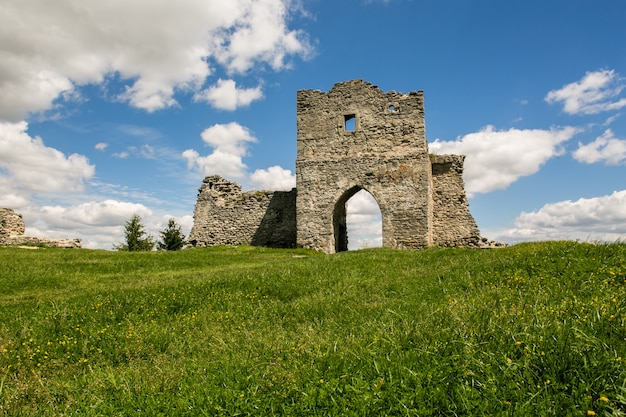 Famous ukrainian landmark: scenic summer view of the ruins of ancient castle in kremenets, ternopil region, ukraine
