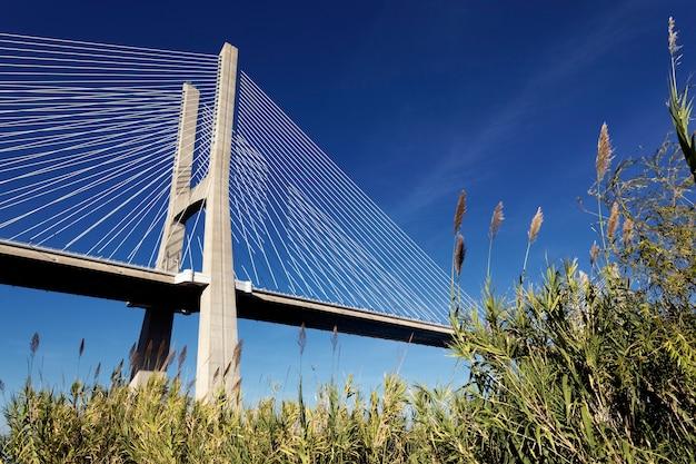 Il famoso ponte vasco da gama a lisbona, portogallo