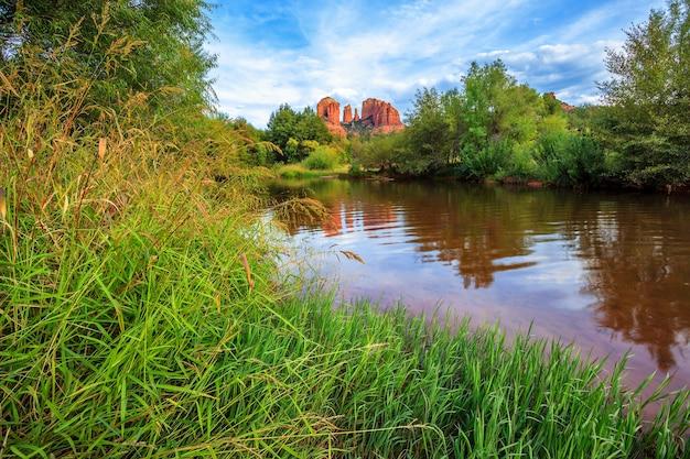 アリゾナ州セドナのカテドラルロックの有名な景色。