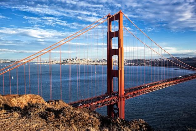 Знаменитый вид на мост золотые ворота в сан-франциско, калифорния, сша