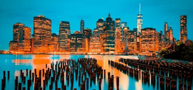 Знаменитый вид на городской горизонт нью-йорка манхэттена в сумерках, сша.