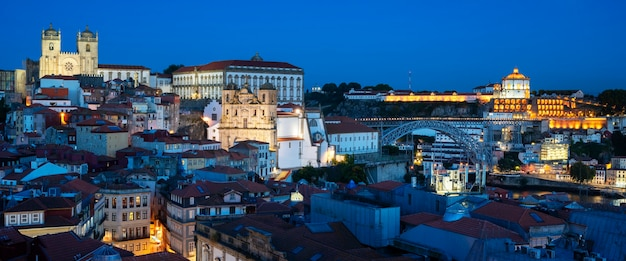 月、ポルトガル、ヨーロッパと夜のポルトの有名な景色