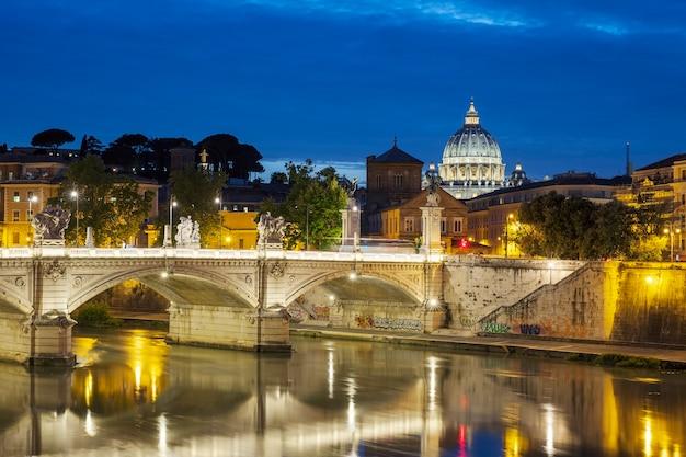 夜のローマの有名な景色、イタリア