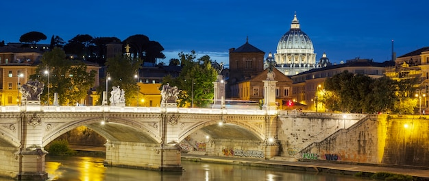 Знаменитый вид на рим ночью