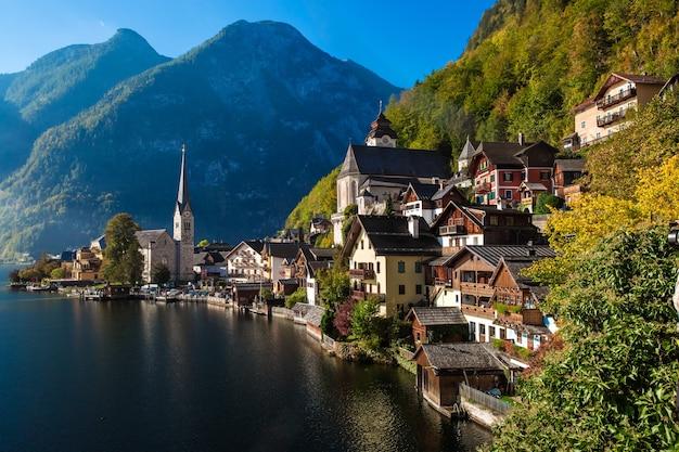 Знаменитый вид на небольшую деревню гальштат в верхней австрии
