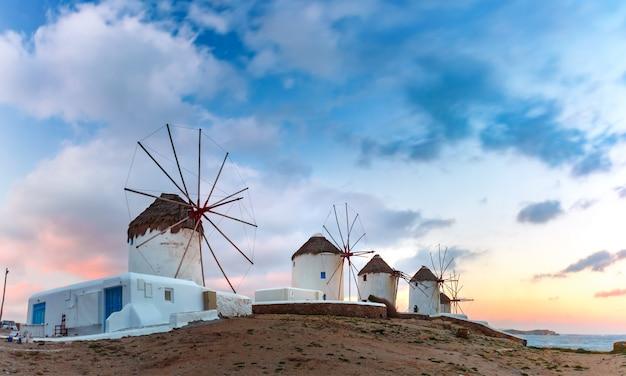 Знаменитый вид, традиционные ветряные мельницы на острове миконос, остров ветров, на рассвете, греция