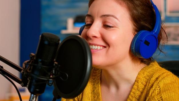 가상 쇼를위한 온라인 팟 캐스트 녹화를하는 유명한 블로거