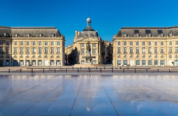 ボルドーのブルス広場の前にある有名な水鏡の噴水-フランス、アキテーヌ
